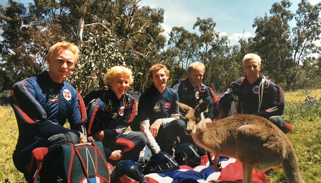 Norgies poserer med en lokal hopper. Australia 1999.