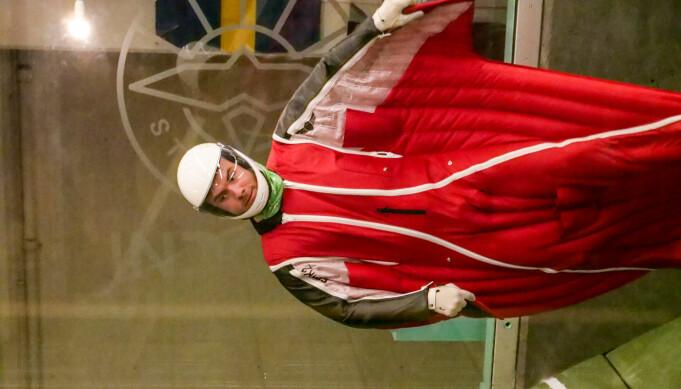 Andreas med wingsuit i vindtunnel.