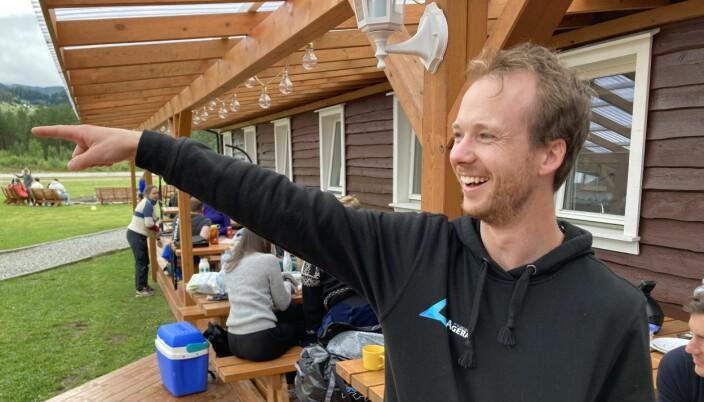 Kjetil Levik ler av lagkamerat Kristoffer Torstensen, som datt i en nullvindslanding