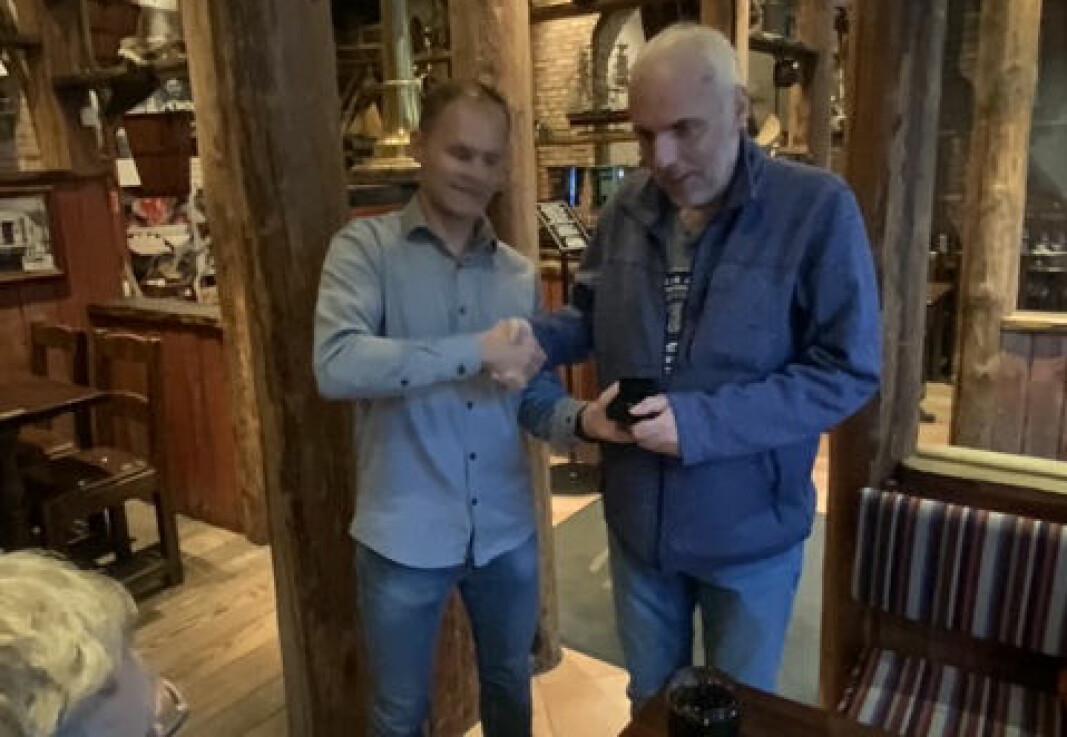 Trond Larsen tildeles NFL's gullnål, under litt dårlig belysning i Tromsø