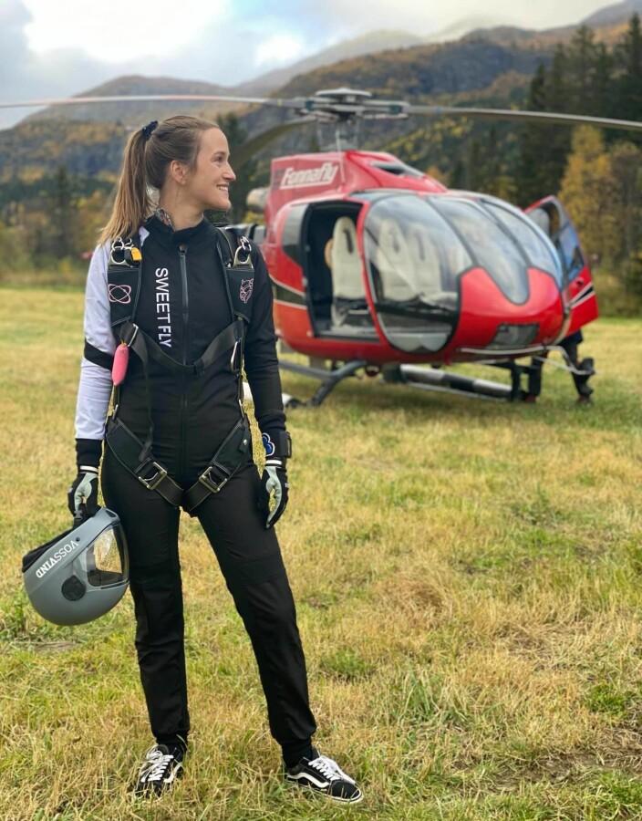 Kristina Aarvold fra Tønsberg Fallskjermklubb fikk sine første 5 helikopterhopp i September. Hun var med på både kyllingboogie, og på Hemsedal Heliboogie, hvor dette bildet er tatt.