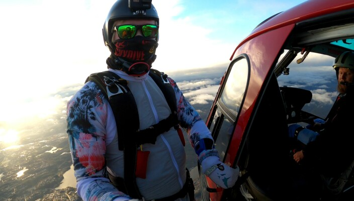 Magnus Nergaard, Leder i Kjevik Fallskjermklubb, klar for helikopterhopp