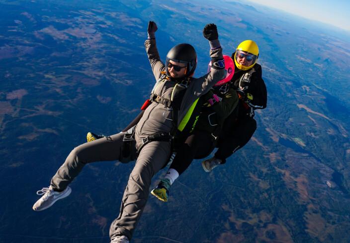 Sandra Håkonsen, Amalie Hansen og Ida West Sandholmen feirer at alle tre har rukket å få 100 hopp i sin aller første sesong som fallskjermhoppere