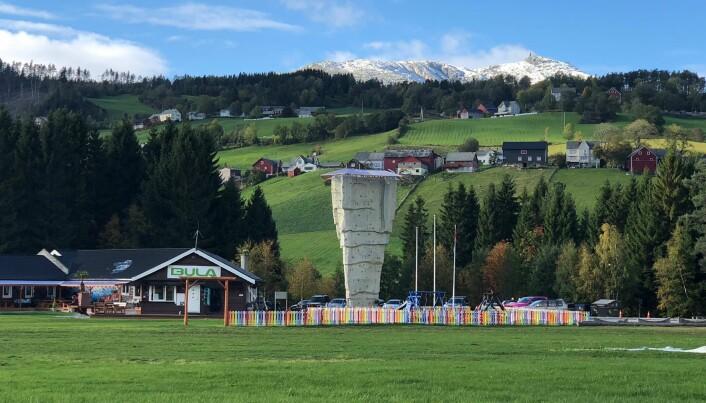 Stort landingsområde, og et gigantisk klatretårn, i idylliske omgivelser