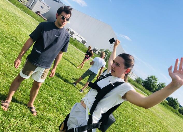 Elias Instruerer elev Julia, med to meters avstand