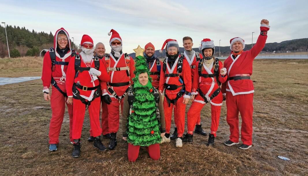 Kjevik Fallskjermklubb arrangerte nissehopp fra helikopter, i går på lille julaften. Det er video fra et hopp nederst i saken.