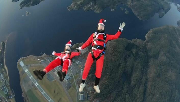 Kristina Aarvold og Aleksander Rød exiter fra helikopteret lille julaften