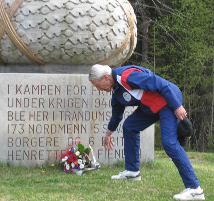 Kjell bekranser minnesmerke i Trandumskogen