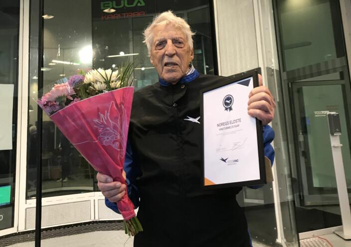 Ivar Kristoffersen med diplom for ny norsk rekord, som norges eldste vindtunnelflyger
