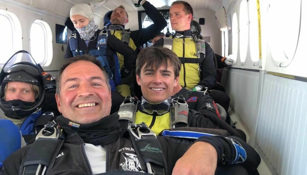Ragnar I flyet, med pappa Nicolai som instruktør