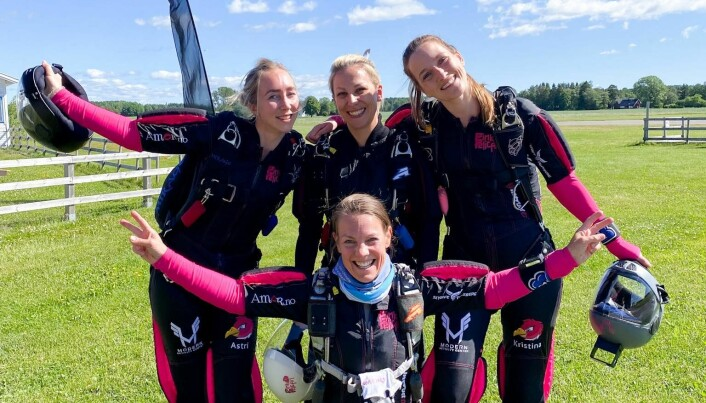 Pink Pelican, med Astri Maren Midtgarden, Sile Søraas, Kristina Aarvold, og Siri Victoria Lund foran
