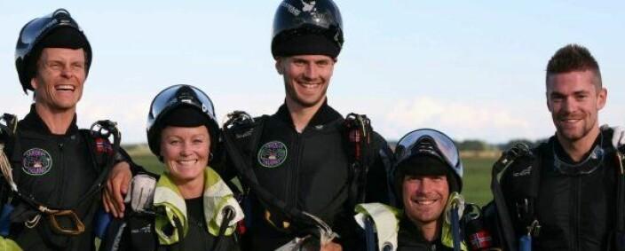 Derek på tåspissene, for å se høyere ut enn han er, med Arcteryx i 2007