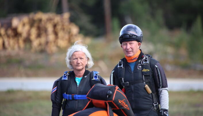 Marit Lyftingsmo og Øivind Godager etter et hopp på NM 2021. Begge har uttalt at de nå er ferdige med fallskjermkarrieren. Øivind toppet med gull i NM i FS8 i 2019, mens Marit har tatt bronse i samme gren i 2018.