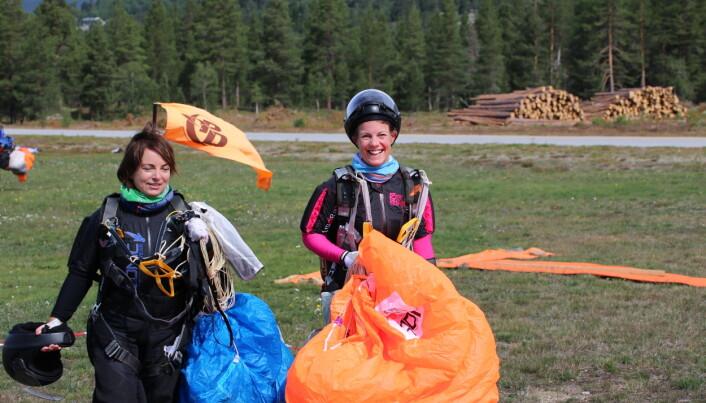Bodil Leira Stene, sammen med Siri Victoria Lund, etter et hopp på NM 2021