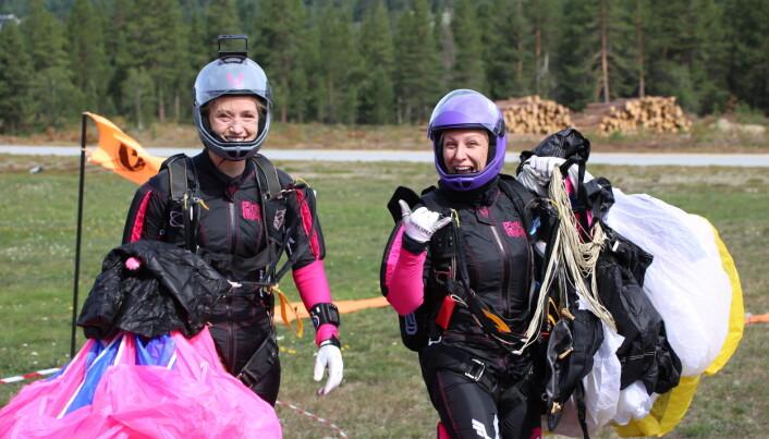 Arrangørkomiteens Kristina Aarvold (tv) hoppet på FS4-R laget Pink Pelican, sammen med Silje Søraas (th)