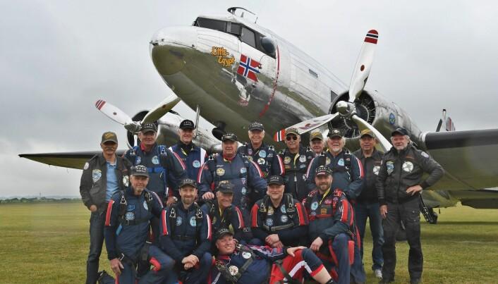 Veteranene foran DC-3'en til Dakota Norway